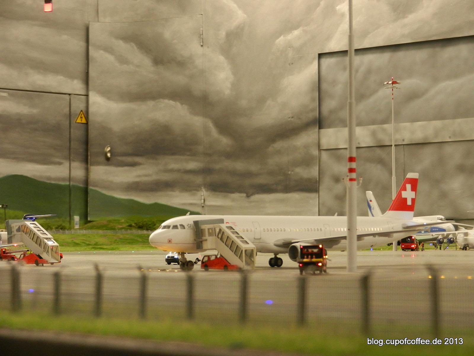 Hinterm Zaun auf dem Vorfeld steht der A321 der SWISS.