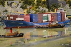 Wenden eines Containerriesen mit Schlepperhilfe.