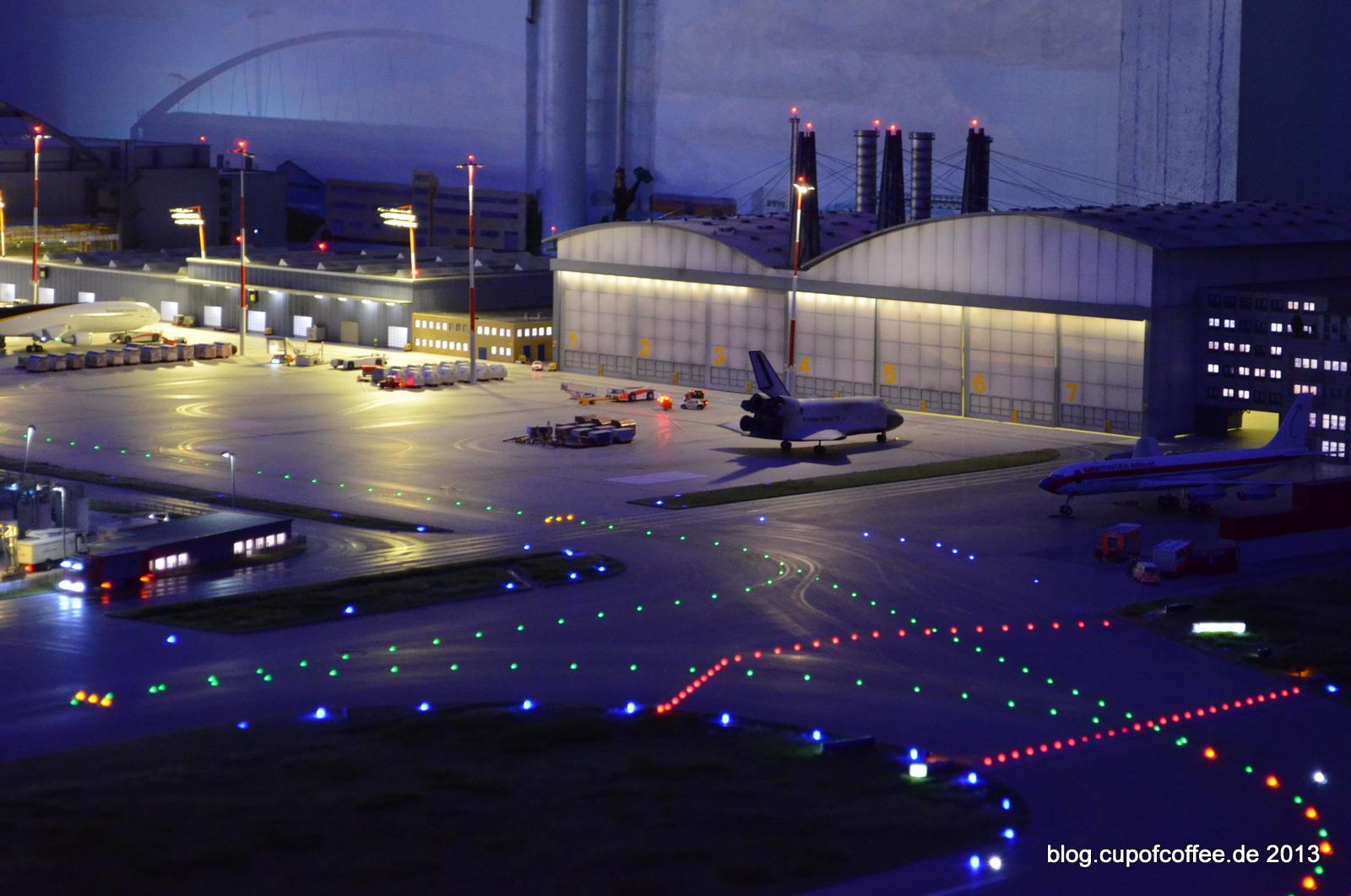 Atlantis parkt normalerweise vor dem Hangar.