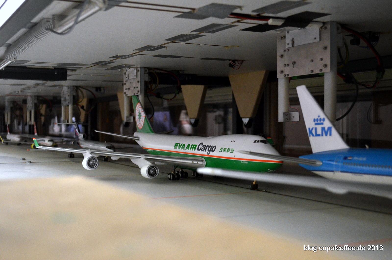 Schlange stehen im Schatten-Flughafen. Aucht TU 154 und der ICE Flieger sind dort angekommen.