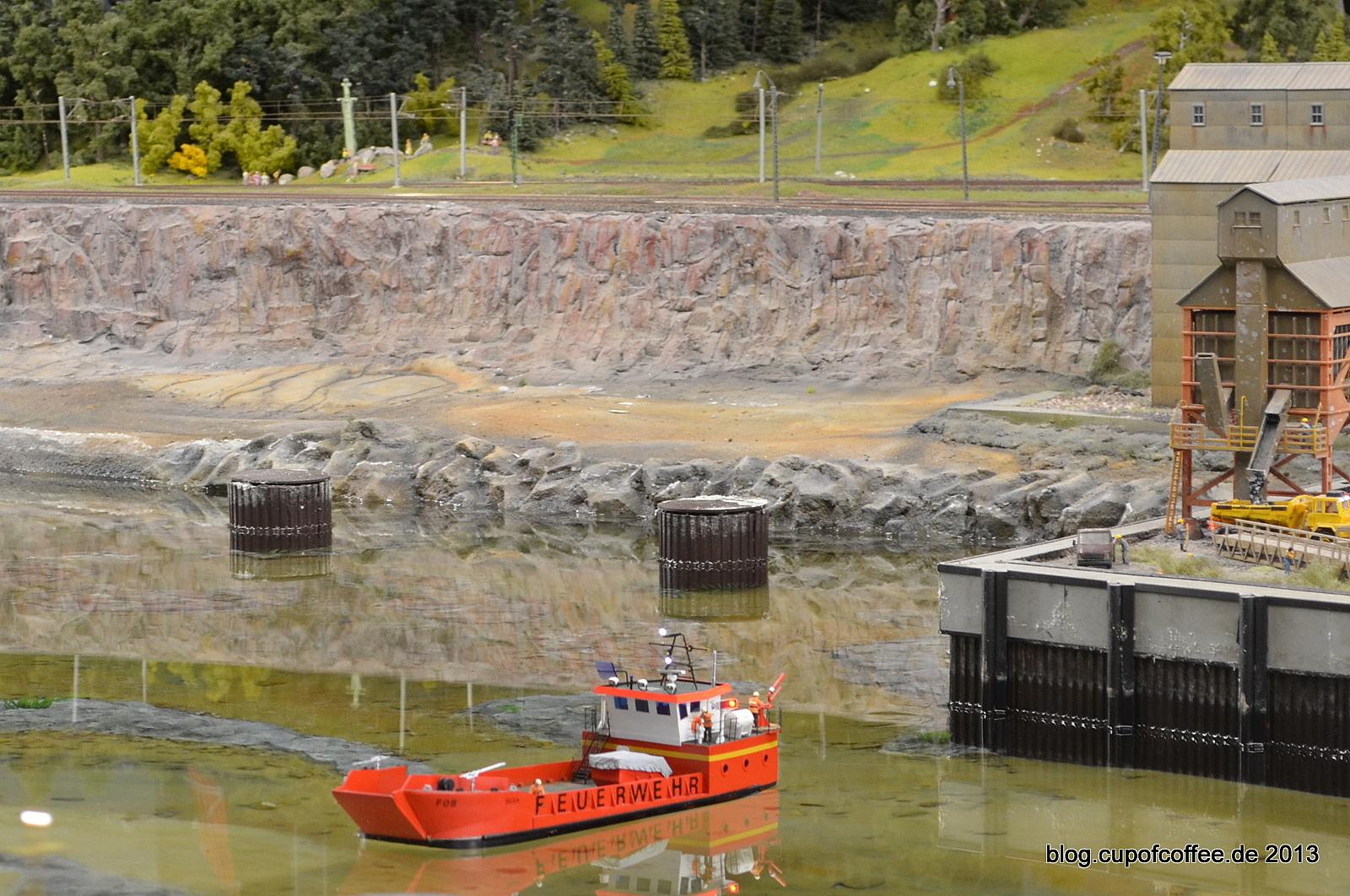 Feuerwehrschiff BEGA in der Hafeneinfahrt von Bergvik.