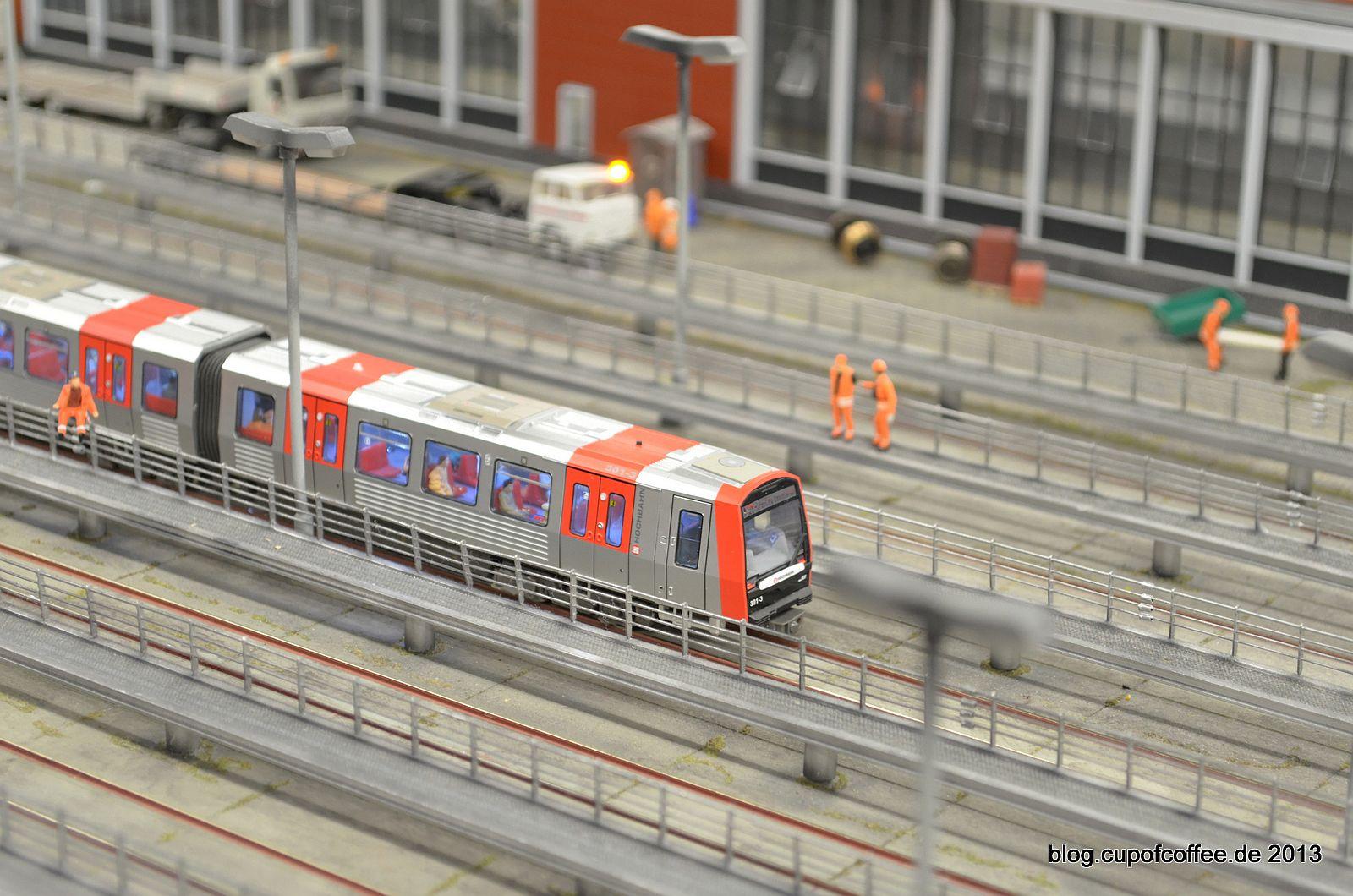 Der neue DT5 der Hamburger Hochbahn unterwegs im Wunderland.