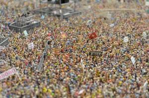 Eine unglaubliche Miniatur-Menschenmenge beim Konzert in der Schweiz.