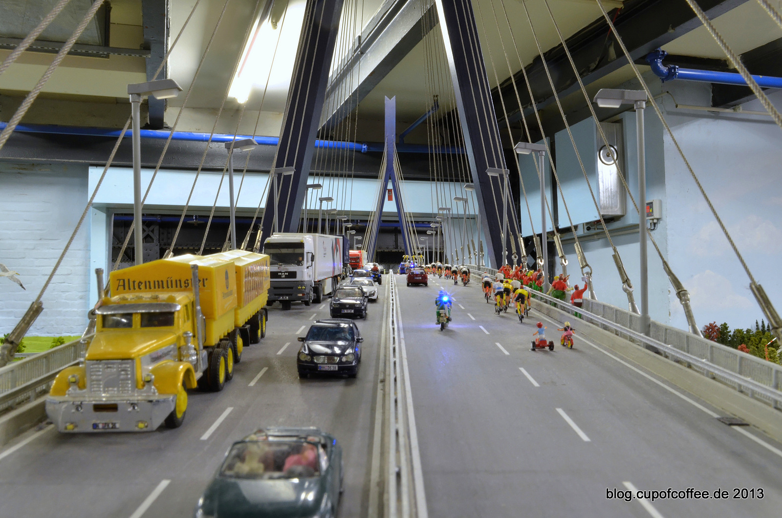Über die Köhlbrandbrücke nach Hamburg.