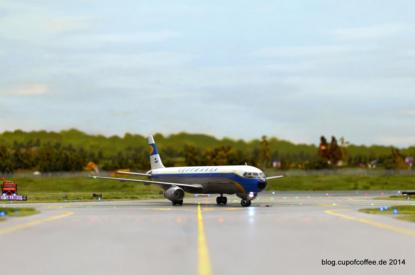 A320 Lufthansa Retro biegt von der Landebahn ab.