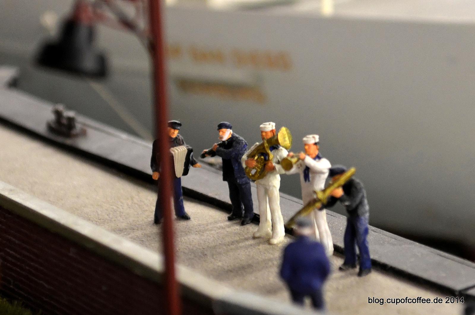 Die CAP wird mit Hafenmusik empfangen.