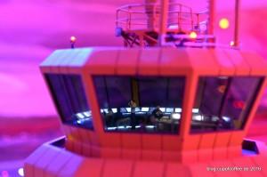 Die Lotsen haben den Luftraum rund um Knuffingen Airport fest im Blick, während in der Morgendämmerung die ersten Maschinen zur Piste rollen.