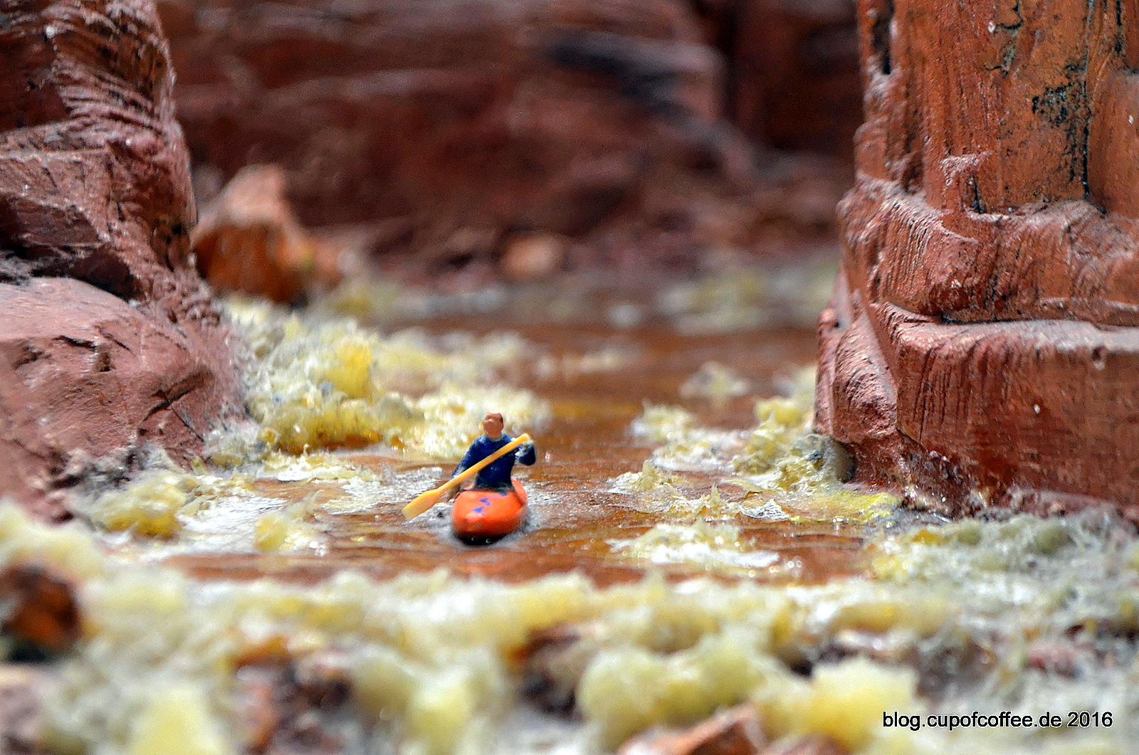 Ein mutiger Miniatur Bewohner paddelt unverdrossen durch das reißende Wasser des Colorado.