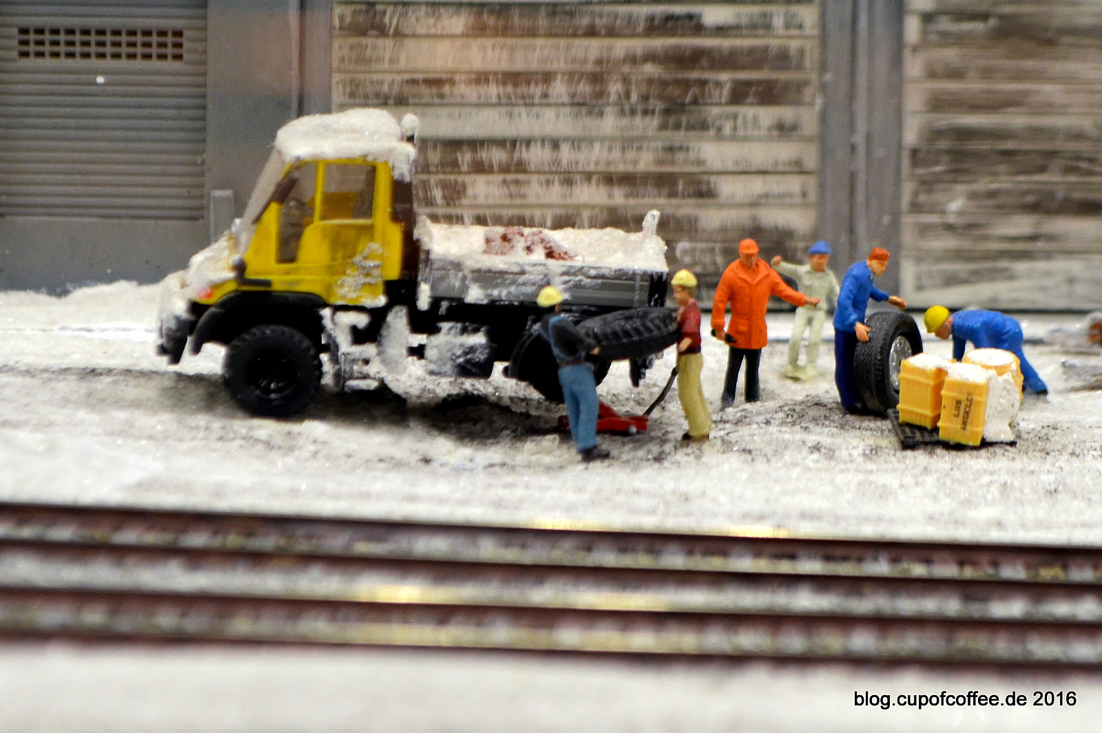 Ob der neue Reifen wirklich das richtige Profil hat für die verschneiten Straßen Kirunas?