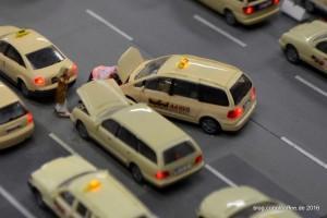 Der schwarze Humor mancher Modellbauer äußert sich in Szenen wie desem menschlichen Überbrückungskabel.