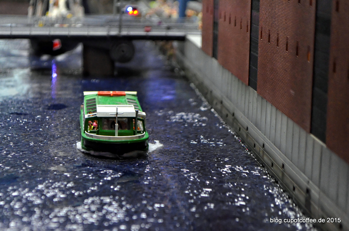 Eine Ehlers Barkasse schippert durch die Hafencity.
