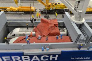 Im Hamburger Hafen wird der ICE-Train verladen