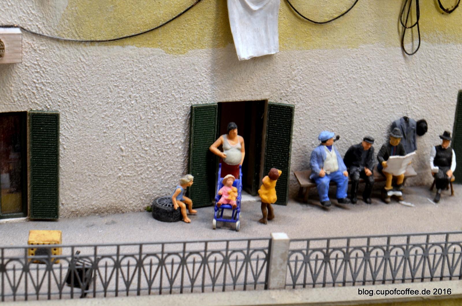 Auf den Terrassen von Atrani tobt das Leben.