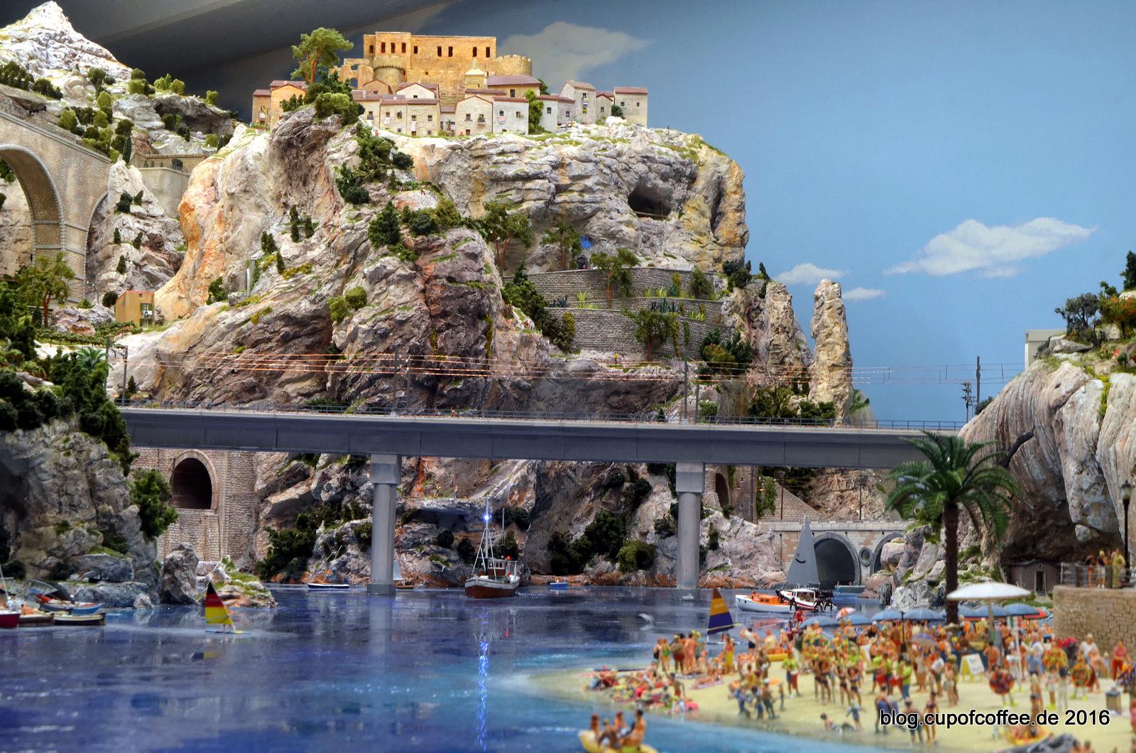 Blau leuchtet das Mittelmeer am Fuße der schroffen Felsen.