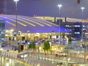 Nächtlich beleuchtetest Terminal am Knuffingen Airport