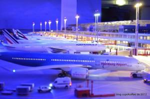 Die Beleuchtung des Airports entfaltet bei Dämmerung eine sagenhafte Wirkung. Rund 40.000 (!) LEDs wurden dort verbaut.