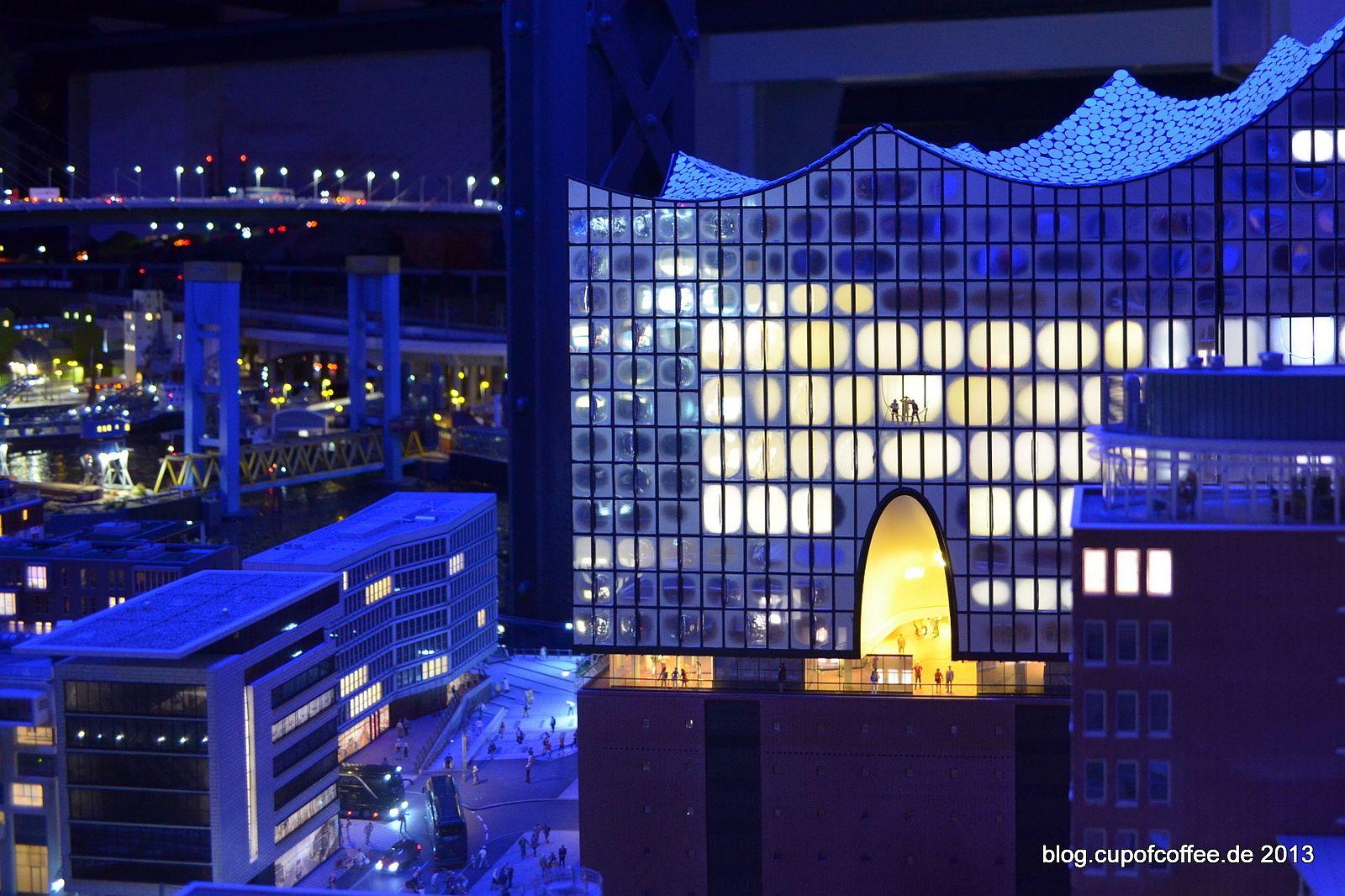 Bei Nacht sieht das beleuchtete Gebäude noch fantastischer aus.