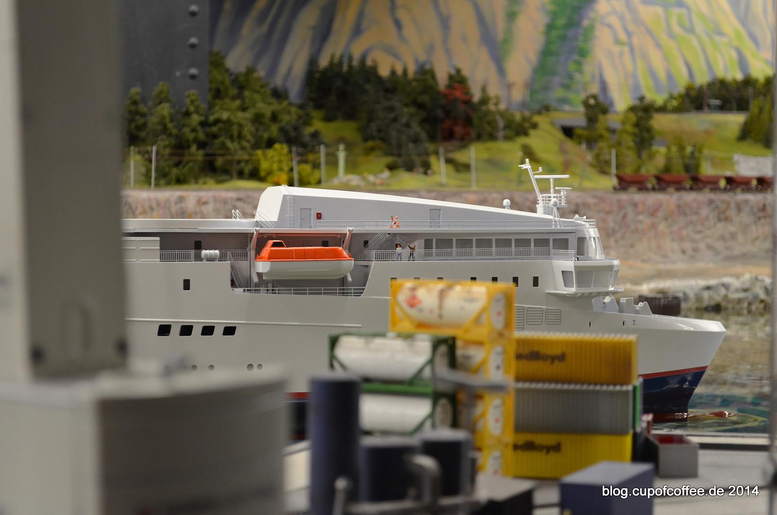 Fähre BERLIN läuft im Hafen von Bergvik ein.