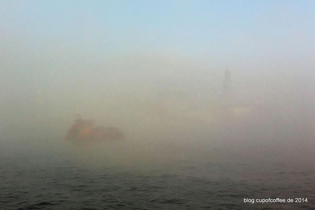 06_Nebel_Hamburg_Elbe_Landungsbrücken