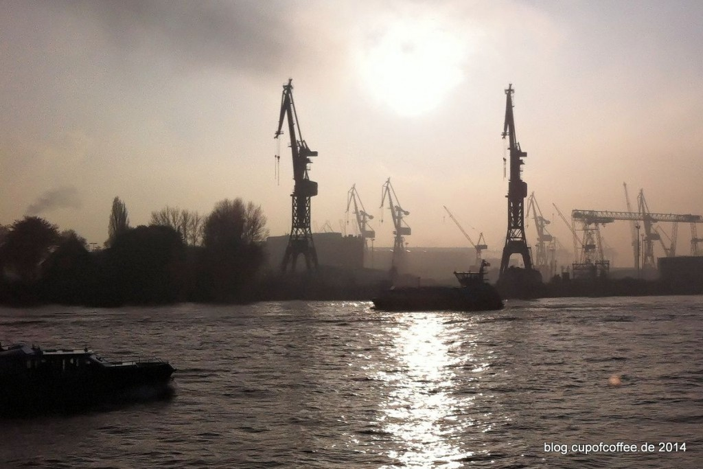 09_Nebel_Hamburg_Elbe_Landungsbrücken
