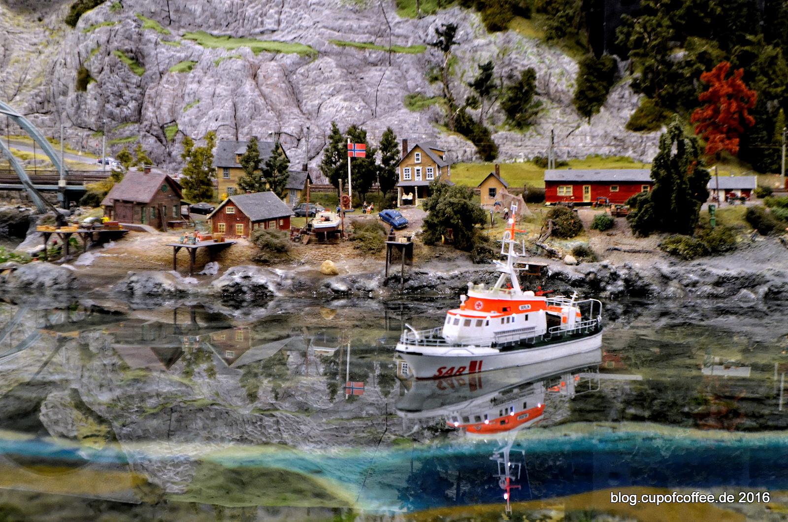 Seenotkreuzer BERLIN vor einem norwegischen Küstendorf