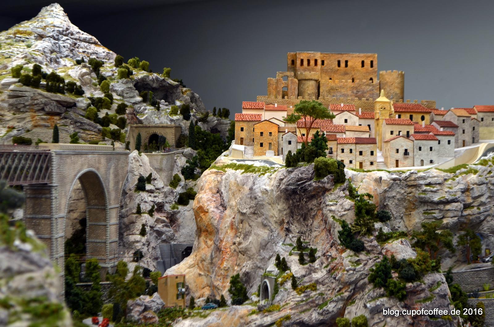 Hoch oben im Gebirge liegt Rocco Imperiale - Hier im September 2015 noch ohne Miniatur-Bevölkerung.