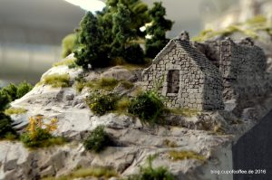 Filigran gestaltete Ruine in den Bergen der Amalfiküste.