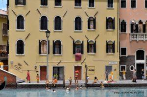 Viele bunte Szenen zeigen den Alltag in der Miniatur Stadt.