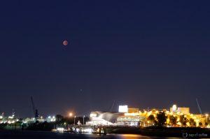 Mondfinsternis und Mars Opposition über der Elbe
